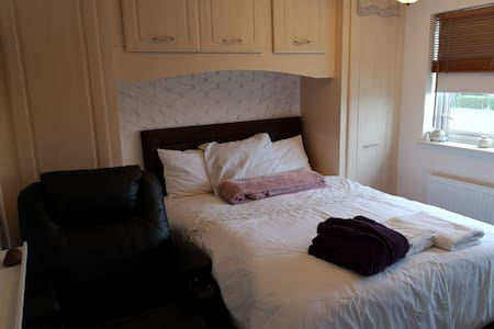 Double room close to NES doctors & Gorton arts