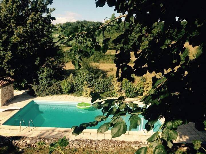 Chambre privée dans maison de charme avec piscine.
