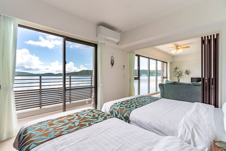 Bedroom A Single bed 1, double bed 1. You can see the calm ocean. 寝室A シングルベット1、ダブルベット1。羽地内海を眺望できます。