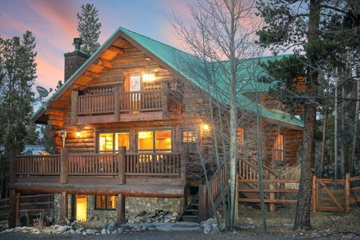 3BR/3BA;sleeps 8; close to skiing/Main St; hot tub