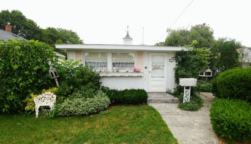 """Cozy """"Doll House"""" Cottage on Lake Huron"""