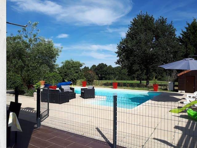 Villa avec piscine sur le Golf de la Domangère.