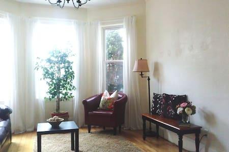 Cozy & Quiet Bedroom Near Subway - Boston - Townhouse