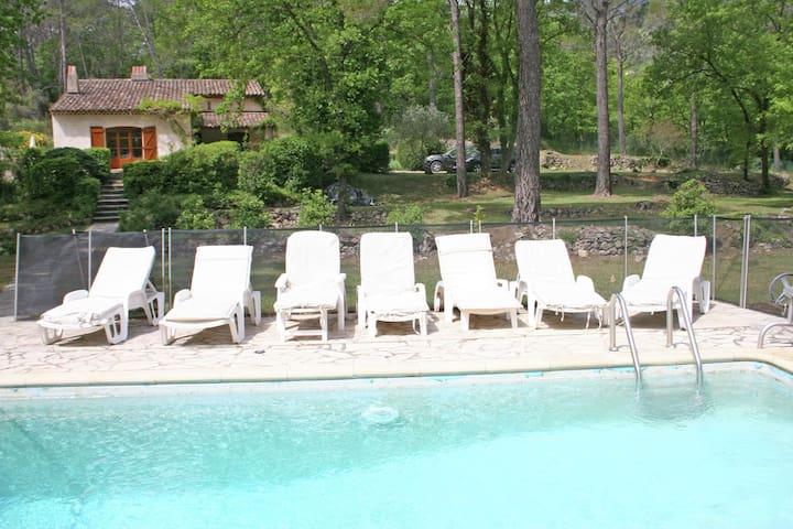 Kindvriendelijke villa met beveiligd privé zwembad en prachtige natuurtuin, 1,5 km van Seillans