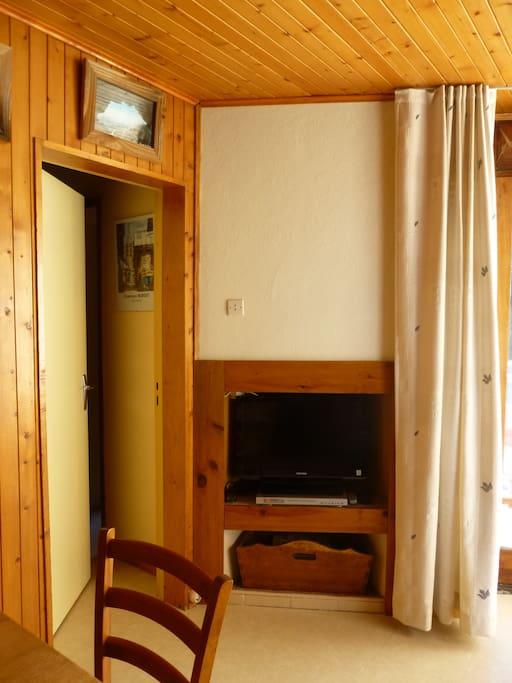 Télévision et accès aux chambres sur la gauche