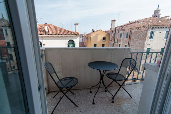 Sunny apartment with terrace canal view