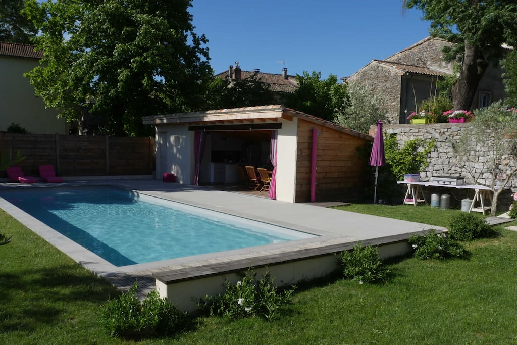 La piscine et le pool house