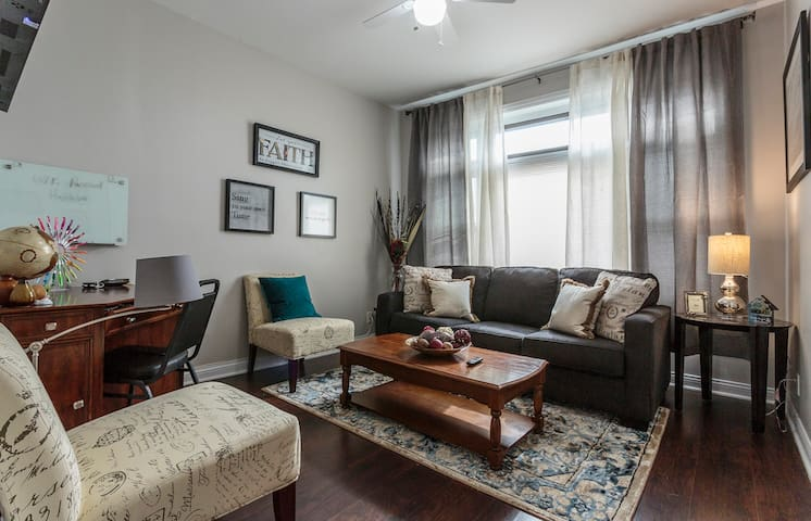 King Bed| 5 min 2 Airport|Roku TV| 10mi. 2 downtown