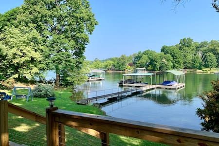 """Hiawassee Hideaway""- 3 BR/3 bath on Lake Chatuge!"
