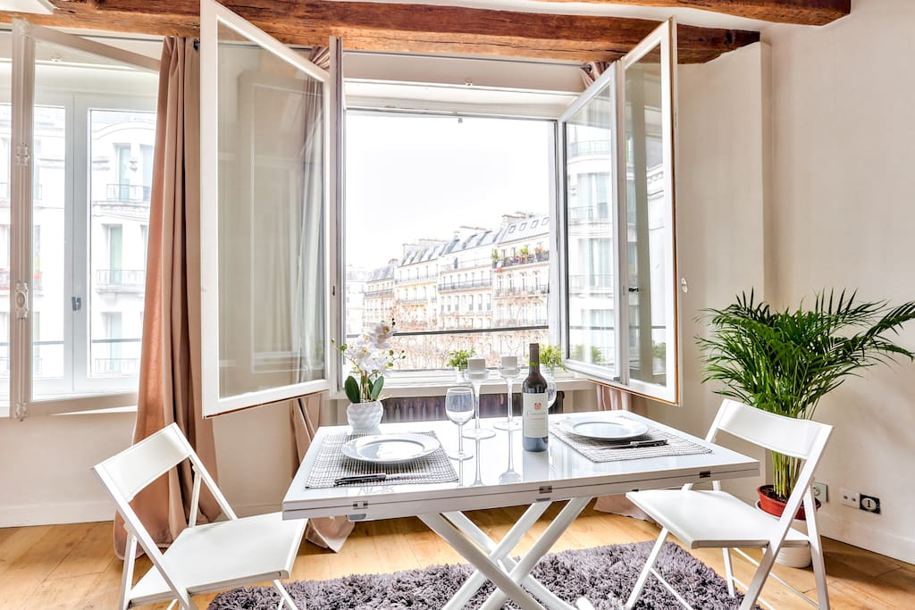 For a perfect or romantic breakfast with a magnificent view of Paris