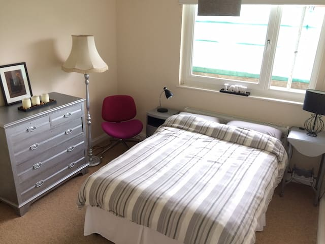 Large, bright and classy double room in zone 2.