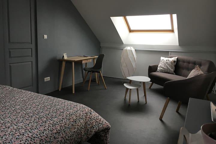 Chambre cosy avec petit déjeuner, SDD privée et TV