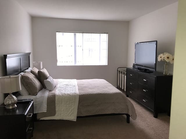 Coastal 2BD/2BA Apt. in the heart of Costa Mesa! - コスタメサ - アパート