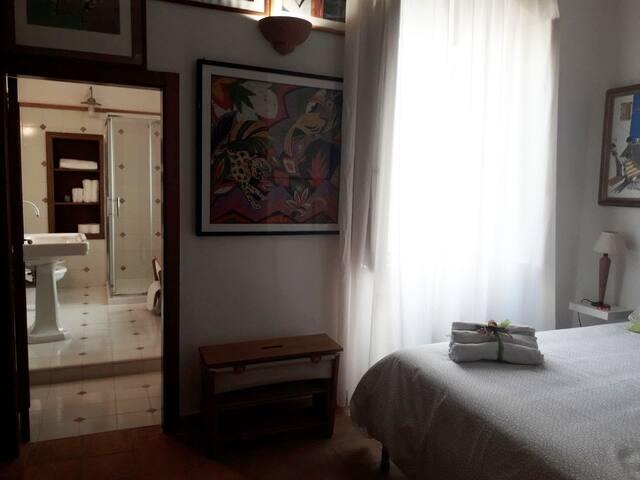 Camera matrimoniale Letizia ( possibilita' di aggiunta di letto singolo e lettino per bambini)