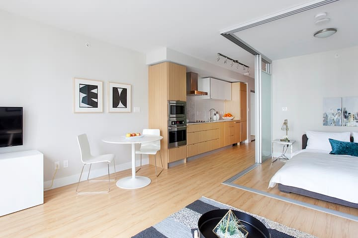Bright & Contemporary in the Heart of False Creek