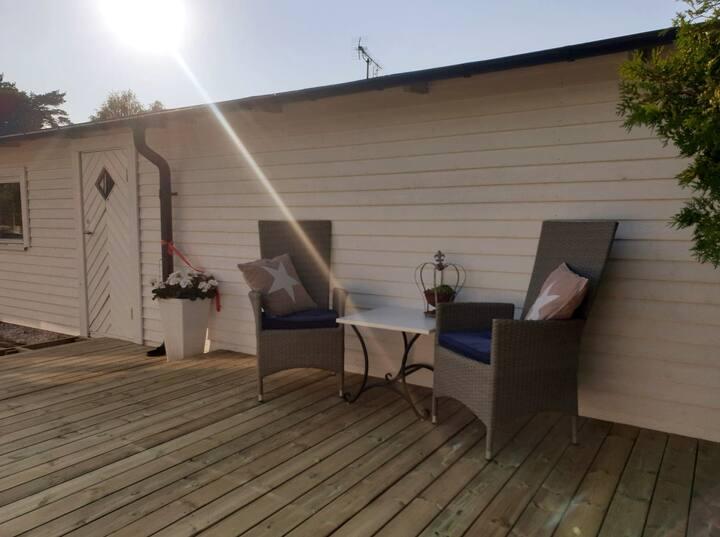 Topprenoverad stuga med närhet till strand & skog