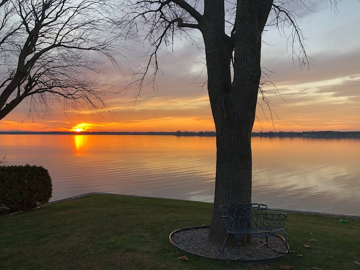 Spacious Lakefront Champlain lake with SPA
