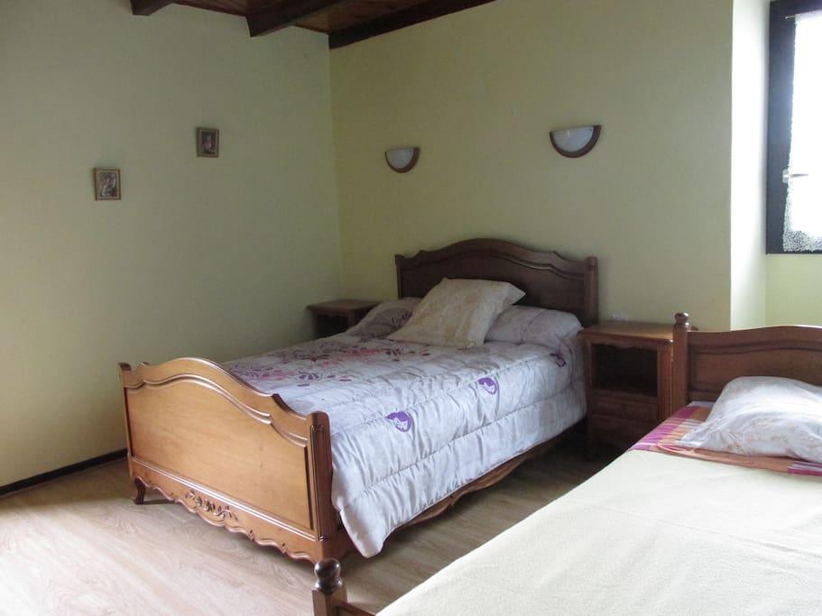 Grande chambre avec son lit de 140  son armoire et ses deux chevets et ses deux fenêtres