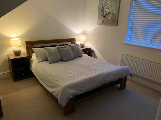 Spacious room with private bathroom & lounge (MK)
