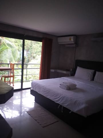 Comfy balcony room, one minute from beach and pier