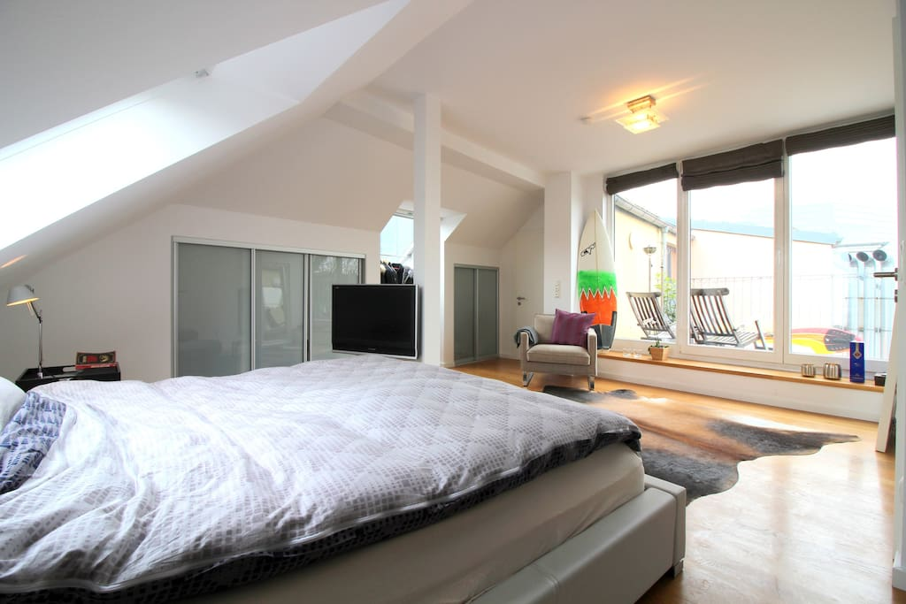 Bright bedroom with double bed that will be provided with fresh lining & sheets, faces the terrace with view on the Rheintower.