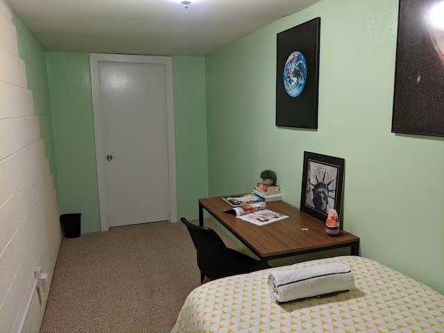09.Petite room in Palisades/Georgetown