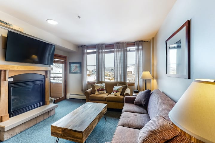 Ski-in/out 3rd-Level Condo w/Shared Hot Tub, Balcony, Mtn Views, High-Speed WiFi