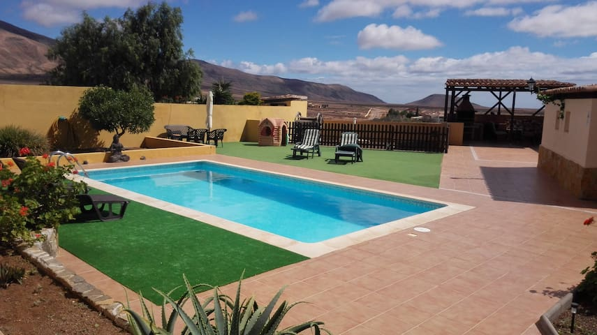 Villa, heated pool, free WiFi, nr Caleta de Fuste.