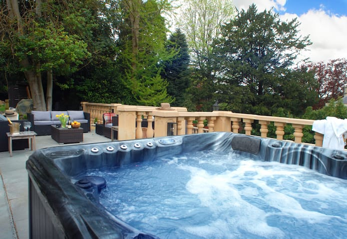 Large estate close to Bath including heated swimming pool,hot tub,WIFI, pool table, parking. Good for hendos