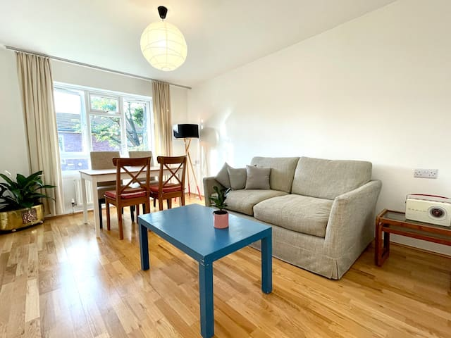 Super-bright, spacious flat with woodland walks