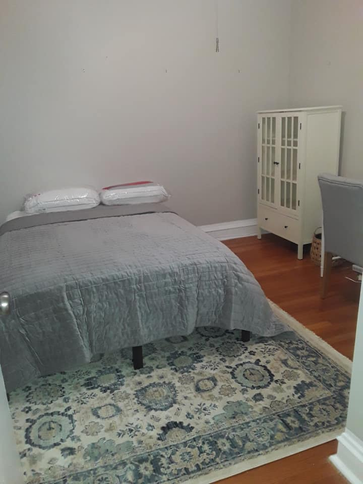Furnished room in Lakeview steps from the lake