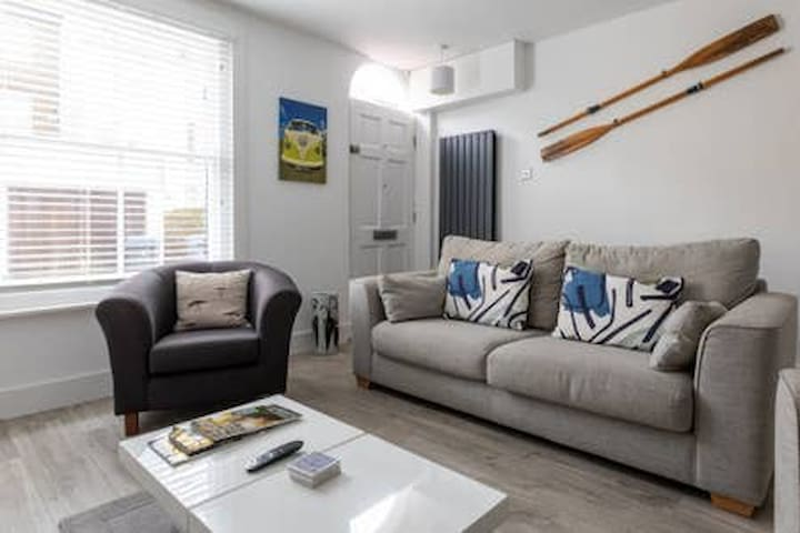 Contemporary York Cottage moments from the beach
