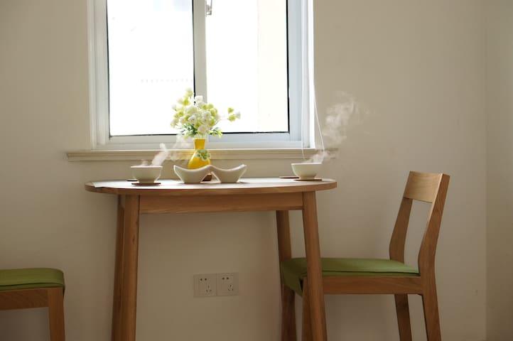 霖家小屋:古城区中心地铁口旁,温情小宅,给您带来正宗苏式美食,还有家的感觉。