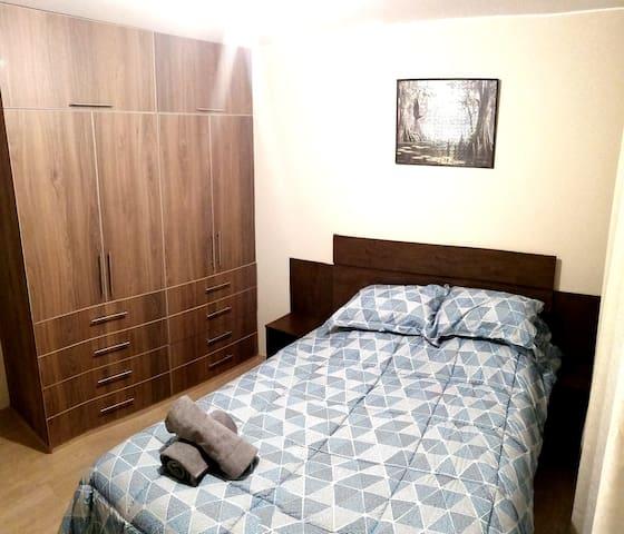 Habitación 1 con cama de 2 plazas y closet.