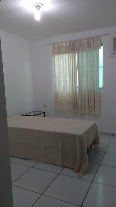 Quarto menor com cama de solteiro, ar condicionado e armário com 4 portas