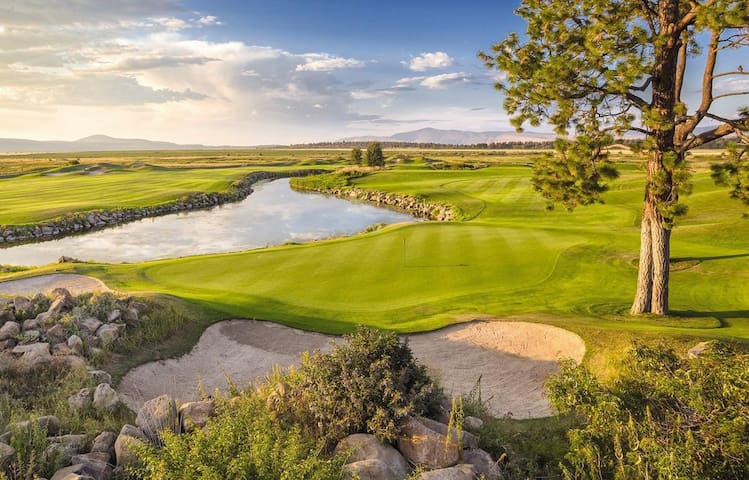 Can you find a better setting for a great day on the greens?  There is also a mini-course..... fun for both kids and grown-ups alike.  Homeowner rates.