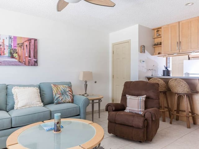 Bright, open condo, Steps from the gulf, Minutes to entertainment