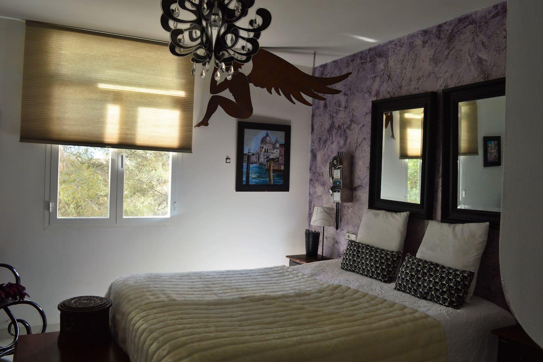 Habitación espaciosa con cama doble, baño en suite, armario grande empotrado, vistas al jardín, muy iluminada.