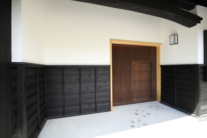 正面玄関は、潜戸のある大戸となっており、潜戸の内鍵には落とし猿と呼ばれる日本建築古来の建具が施されています。