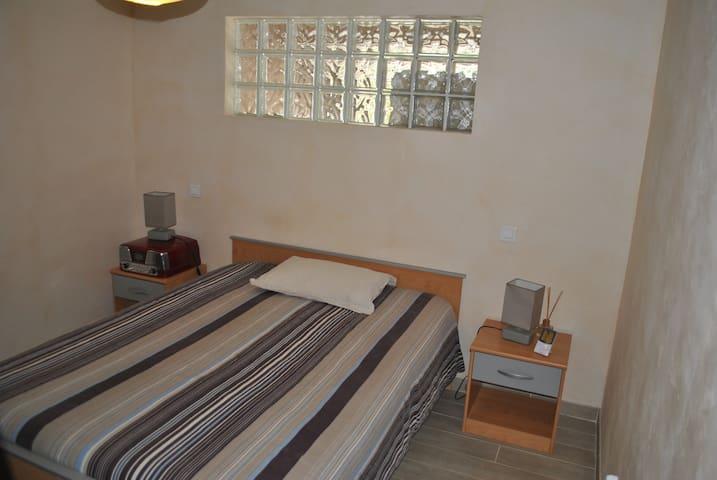 Chambre dans maison vue sur vignes