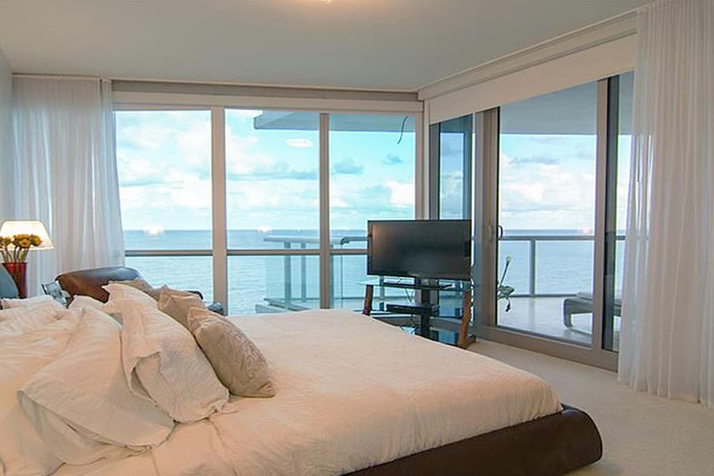 SPECTACULAR MASTER BEDROOM WITH DIRECT OCEAN VIEWS!! SMART TV, BOSE SOUND SYSTEM
