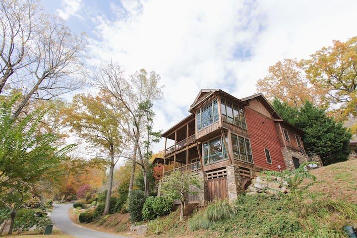 A Luxurious Cottage on Lake Santeetlah