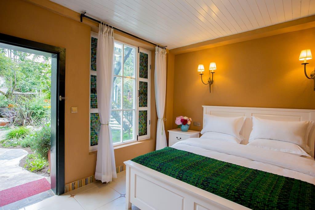 这是蔷薇花园的106号标准大床房,床是1.8米的,带独立洗手间,空间宽敞,我们有一个这样的房型。
