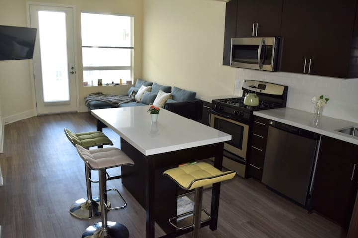 LOFT at a MODERN LUX CONDO (+parking) - Glendale - Apartment