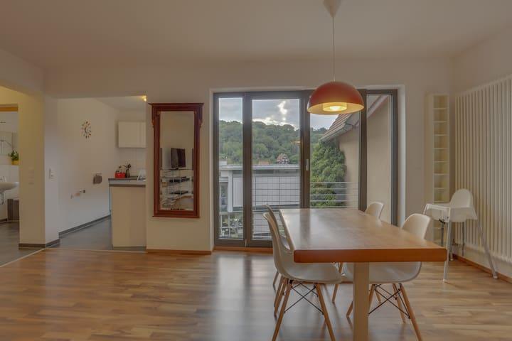 Essbereich mit Blick in die Küche