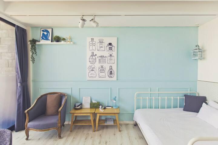 화이트톤의 아늑한 공간, 연인들이 달콤한 휴식과 추억을 만들수 있는 B_102 객실