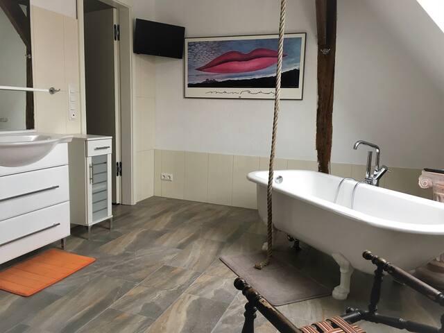 Superbad - Wanne, TV, Riesendusche, extra WC