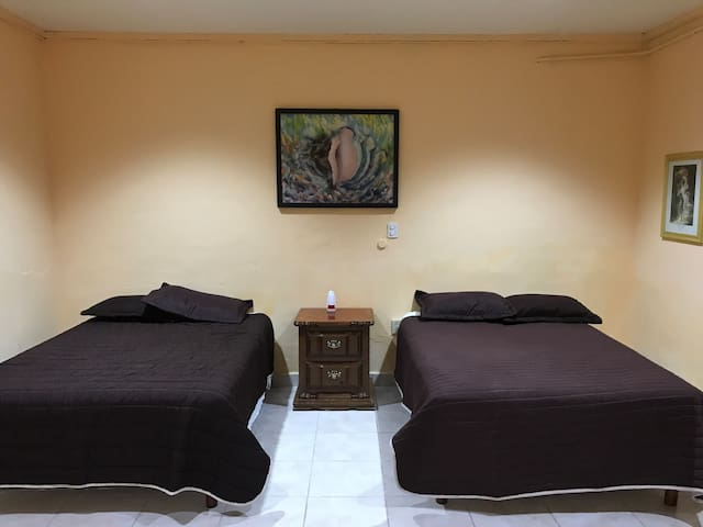 Dormitorio 2 camas matrimoniales y un mueble de 2 cajones