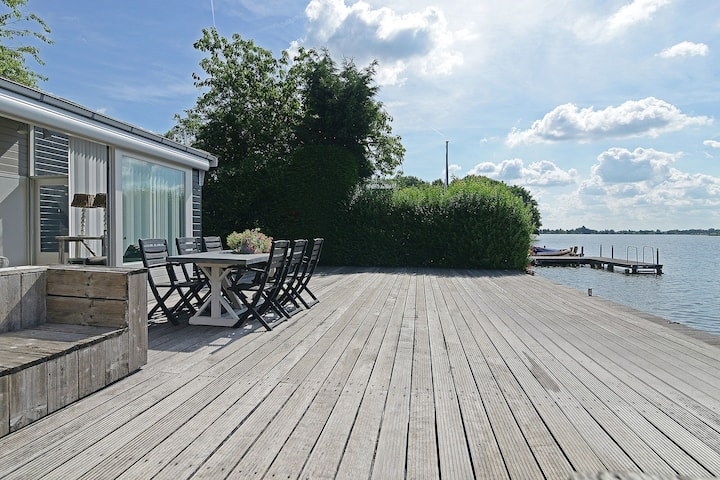 Stylish holiday home with gorgeous location right on the water (Reeuwijk Lakes)