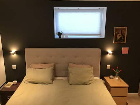 Room with private bathroom and free parking